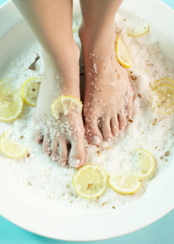 ноги в тазик поваренной солью может быть верным